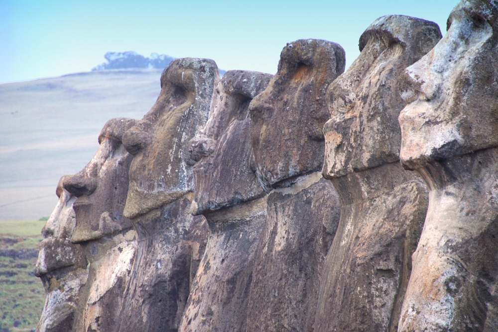 Moai in fila